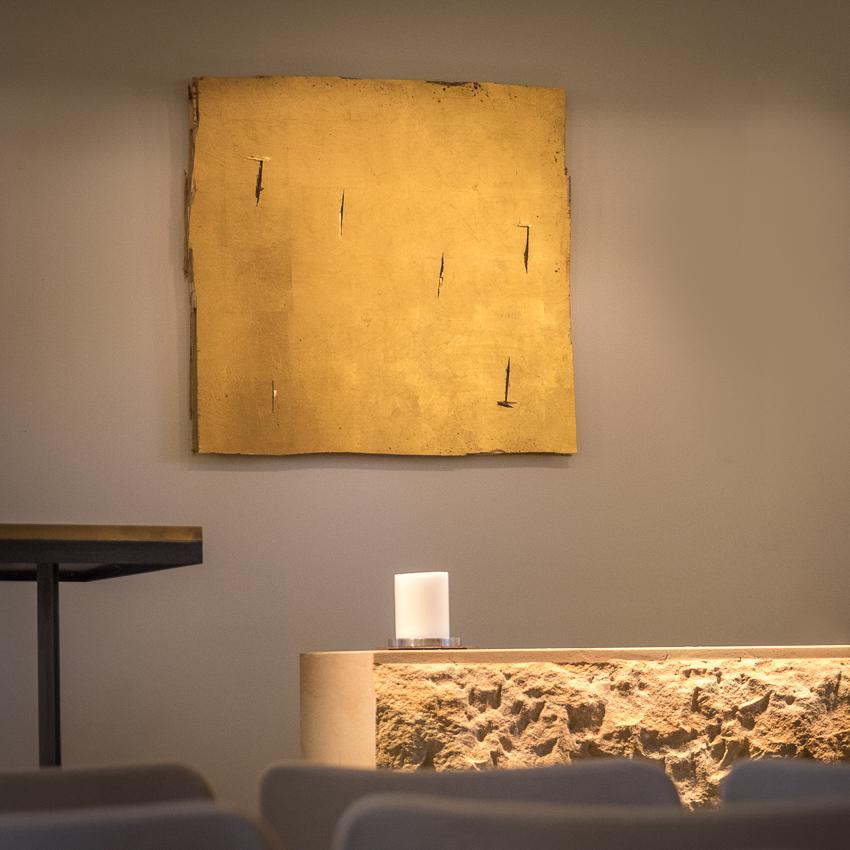 Kunstaktionen: Altar mit neuem Altarbild, broken gold