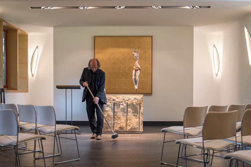 Zu schön, um wahr zu sein / Muthesius in Kapelle Schwanenwerder mit Altarbild golden field
