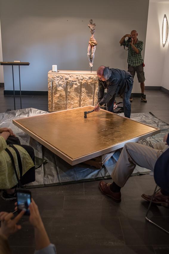 Kunstaktionen: Axthiebe auf Altarbild