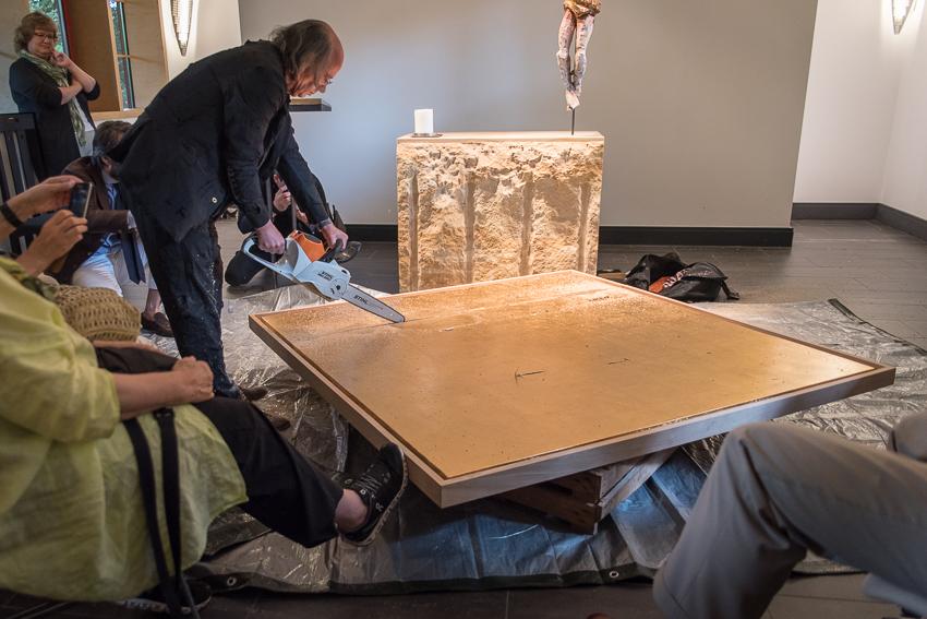 Kunstaktionen: Altarbild wird mit Kettensäge zersägt