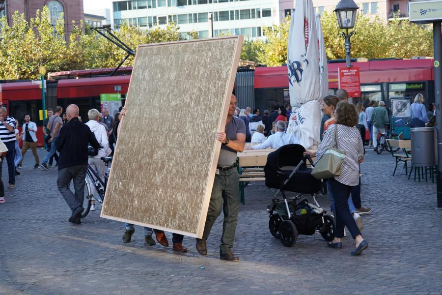 Kunstaktionen: golden field auf dem Weg zum Römerplatz