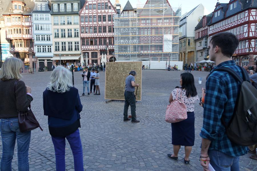 Kunstaktionen: Auf dem Römerplatz in Frankfurt