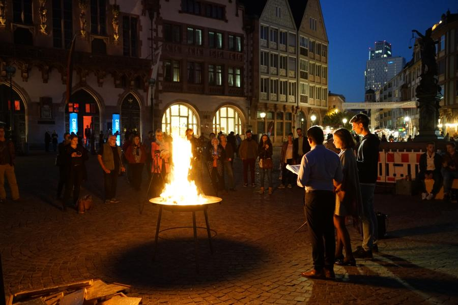 Kunstaktionen: die Bruchstücke vom golden field werden verbrannt und errinnern an 1933