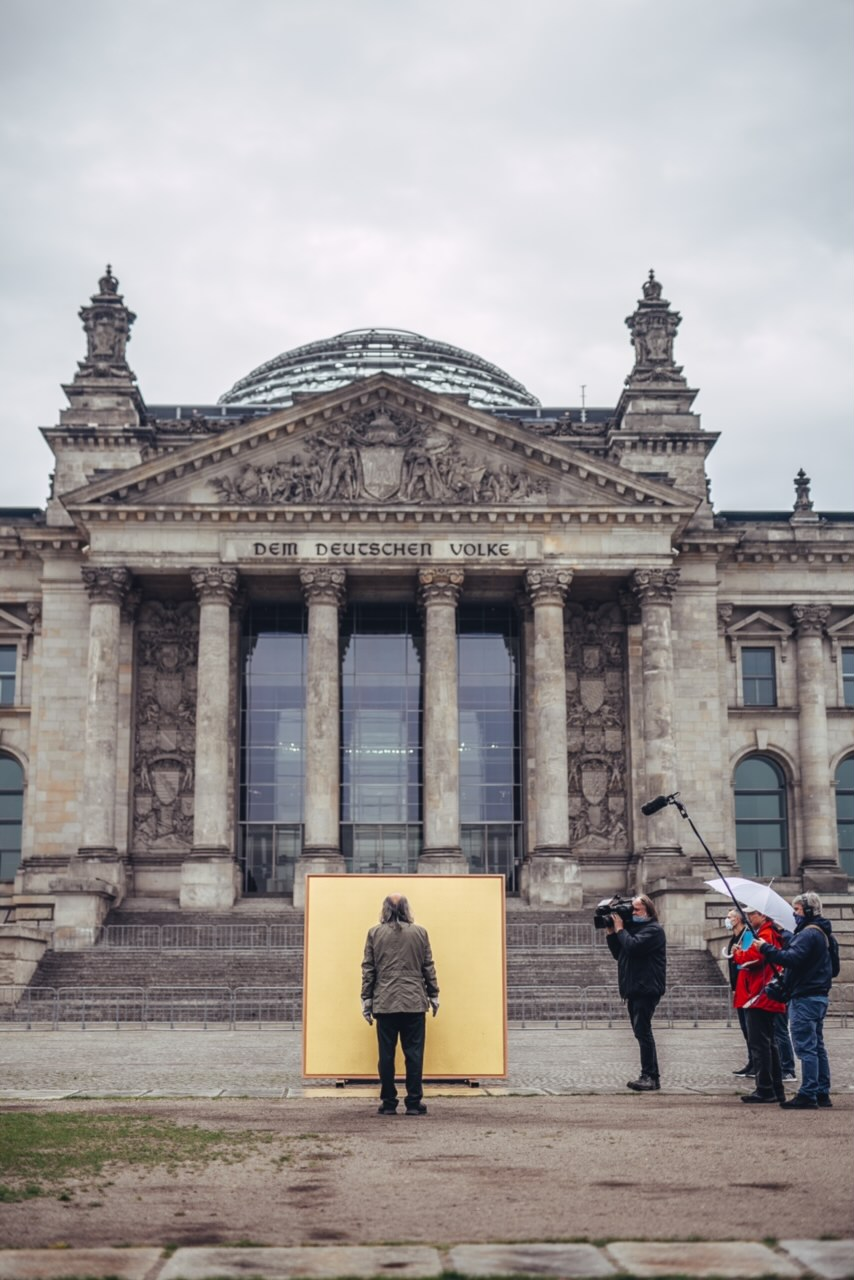 Kunstaktionen: golden field auf dem Platz der Republik vor dem Reichtstag in Berlin